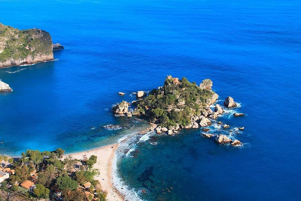 Barche sulla spiaggia di giardini naxos in sicilia foto